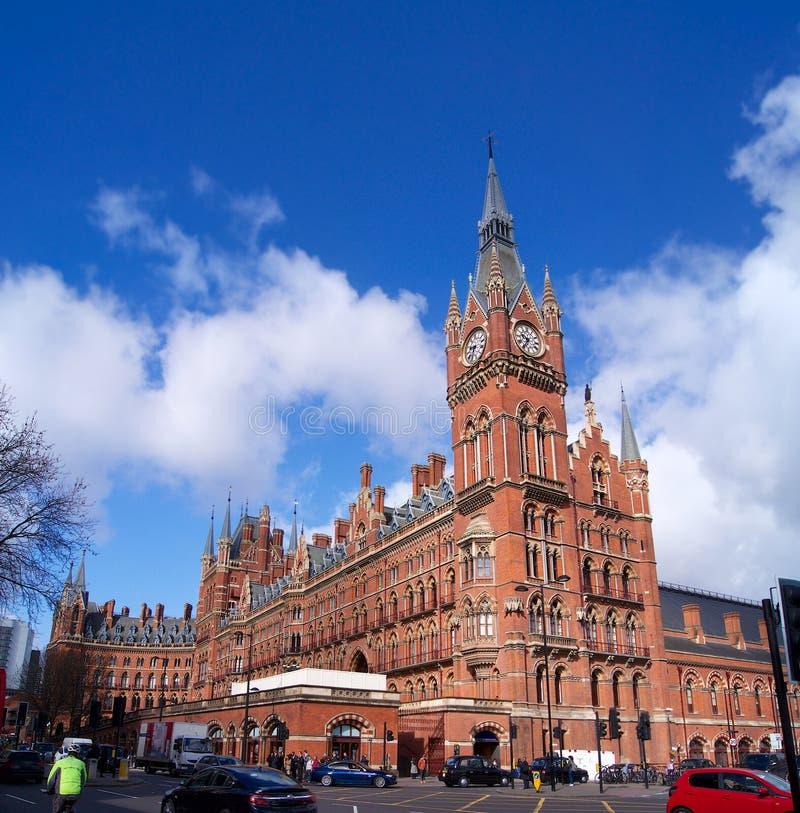 Станция креста ` s короля в небе Лондона славном голубом с облаками стоковая фотография rf