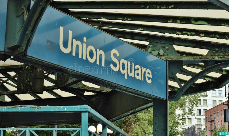 Станция метро Манхэттена улиц Нью-Йорка знака квадрата NYC соединения стоковое фото rf