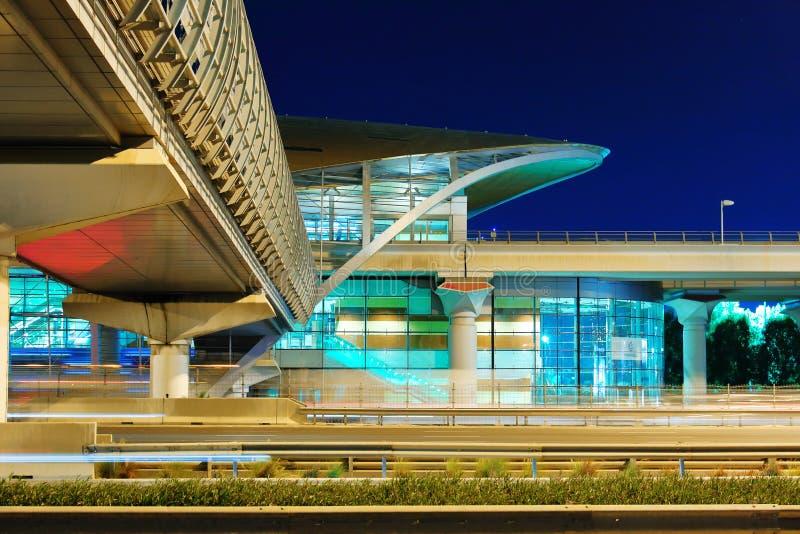 Станция метро метро на ноче в Дубай, ОАЭ стоковое фото rf