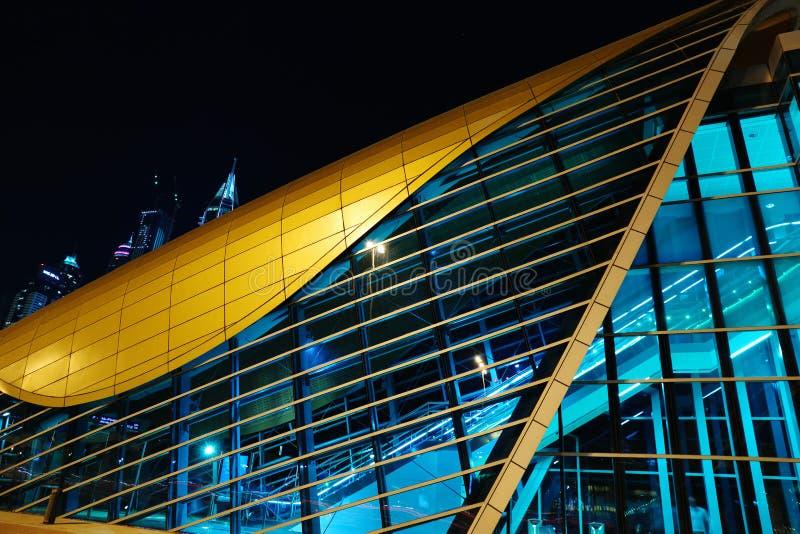 Станция метро метро на ноче в Дубай, ОАЭ стоковая фотография