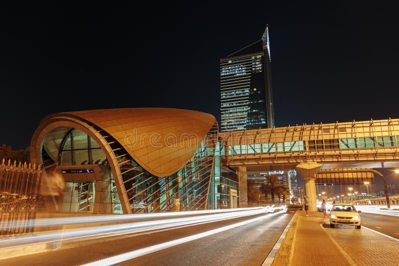 Станция метро метро на ноче в Дубай Объединенных эмиратах стоковая фотография