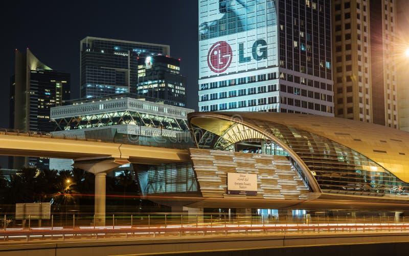 Станция метро метро на ноче в Дубай Объединенных эмиратах стоковая фотография rf