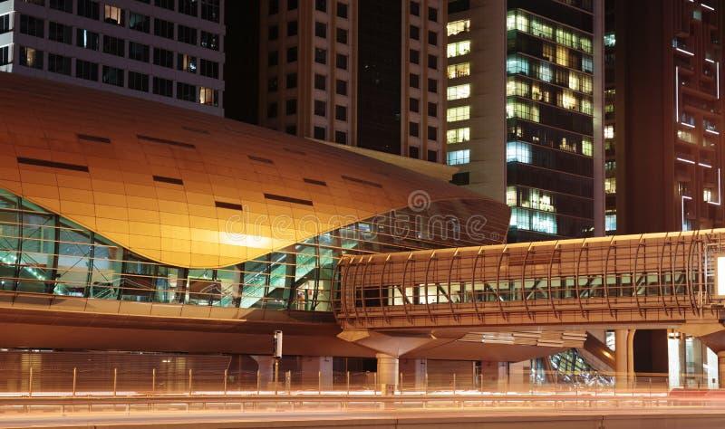 Станция метро метро на ноче в Дубай Объединенных эмиратах стоковые фотографии rf