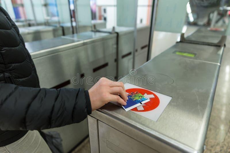 Станция метро технологии касания доступа билета въездных ворота стоковые изображения