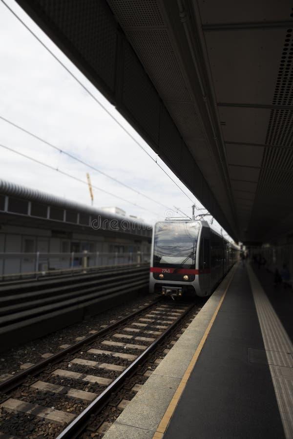 Станция метро Outdoors при поезд причаливая своему стопу стоковая фотография rf