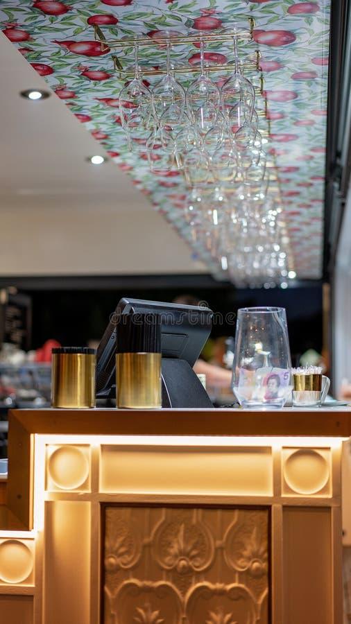 Станция оплаты на хорошем ресторан баре Lit стоковое изображение rf