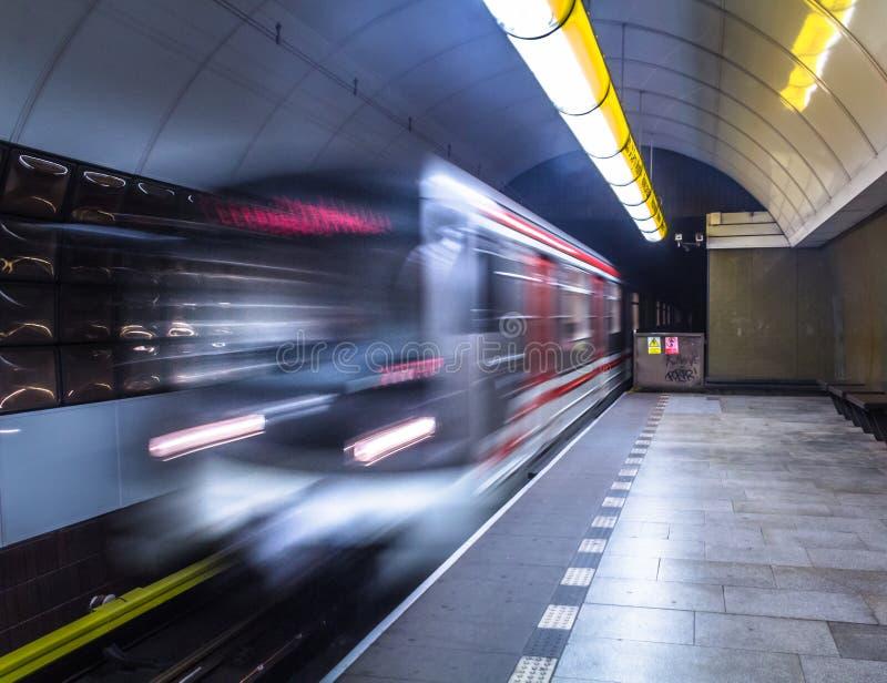 Станция подземного поезда причаливая стоковая фотография rf
