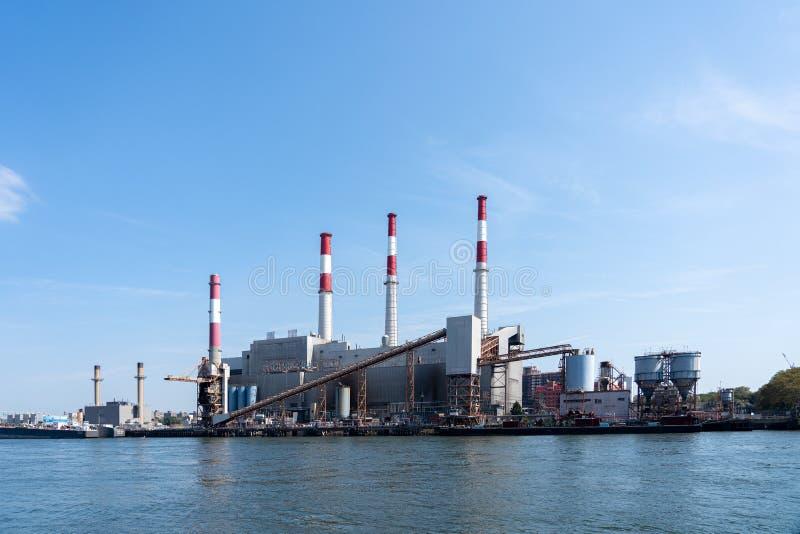 Станция по производству электроэнергии 'Равенсвуд' в Квинсе, Нью-Йорк стоковое изображение rf