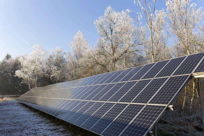 Станция солнечной энергии в снежной природе зимы замораживания стоковое фото rf