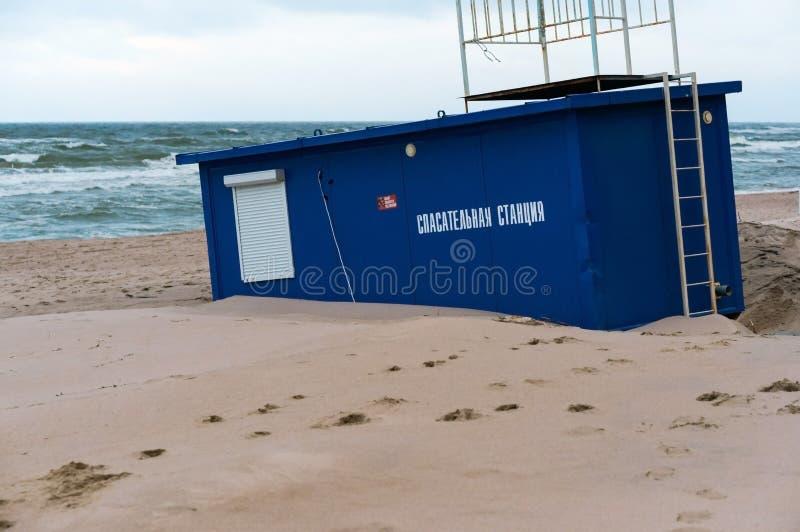 Станция спасения в песке, пляж моря после шторма стоковая фотография