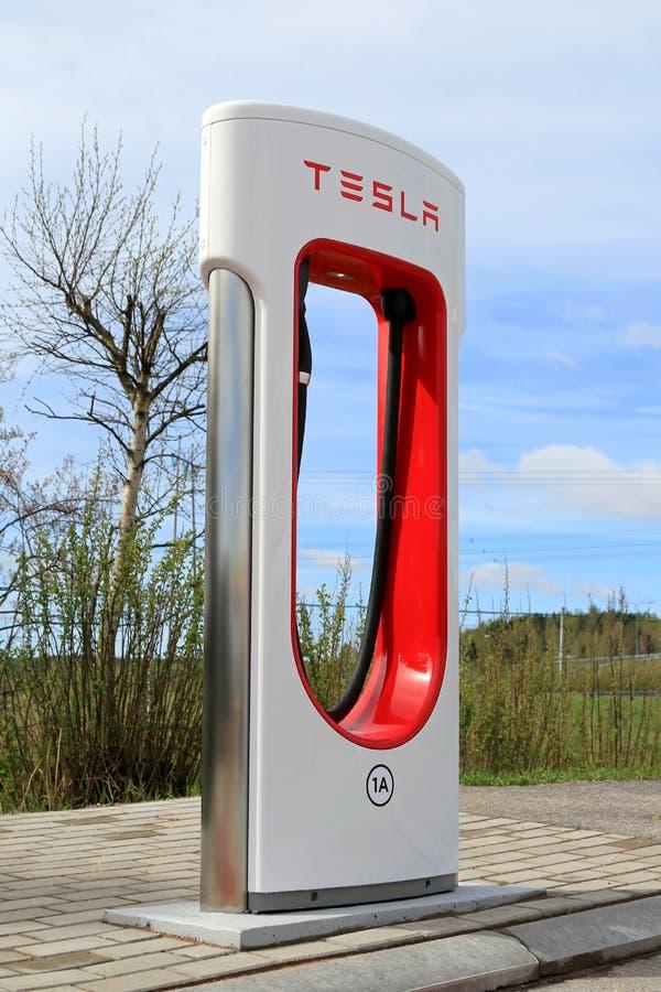 Станция суперчаржера Tesla в Paimio, Финляндии стоковое фото rf