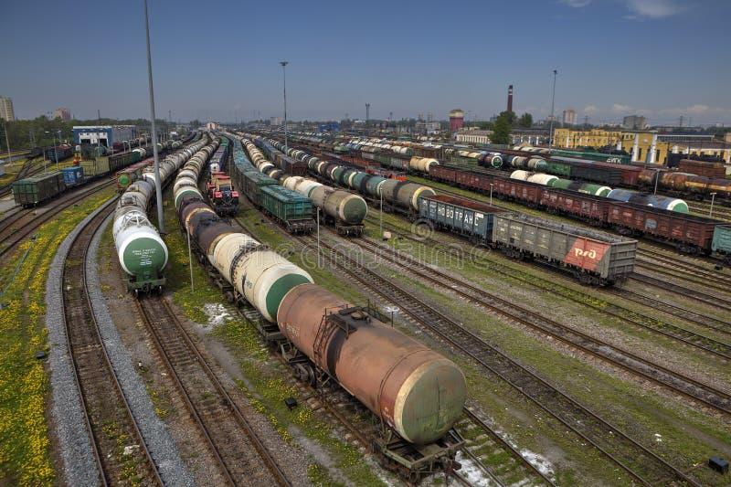 Станция с поездами, русская железная дорога перевозки стоковое фото