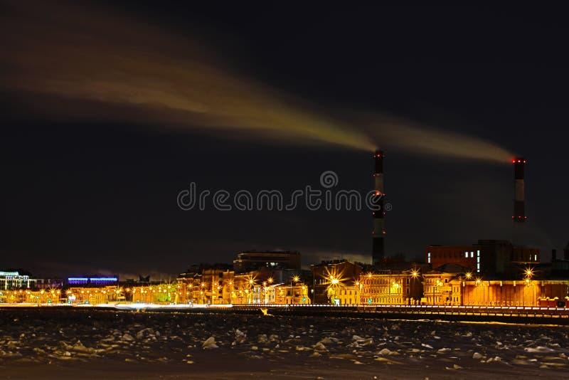 Станция тепловой мощности ночи зимы на обваловке реки Neva в Санкт-Петербурге стоковое изображение rf