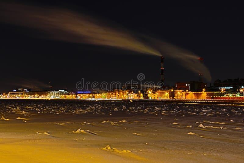 Станция тепловой мощности ночи зимы на обваловке реки Neva в Санкт-Петербурге стоковые фото