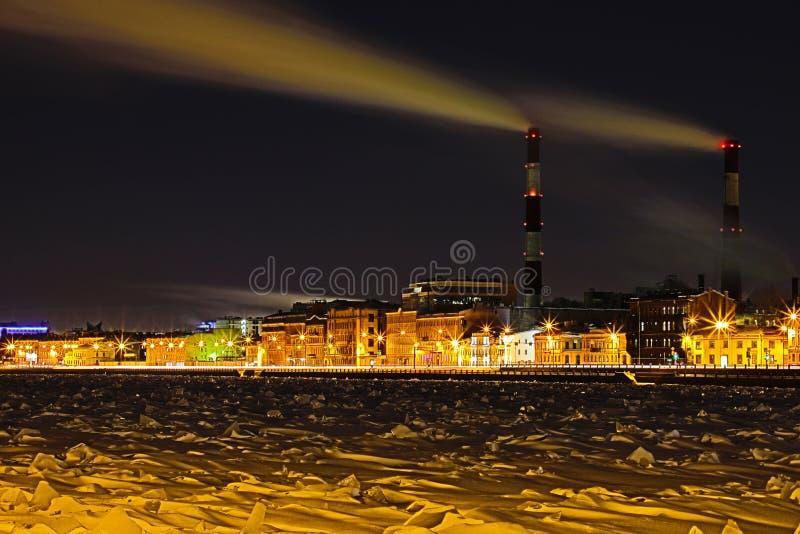 Станция тепловой мощности ночи зимы на обваловке реки Neva в Санкт-Петербурге стоковая фотография