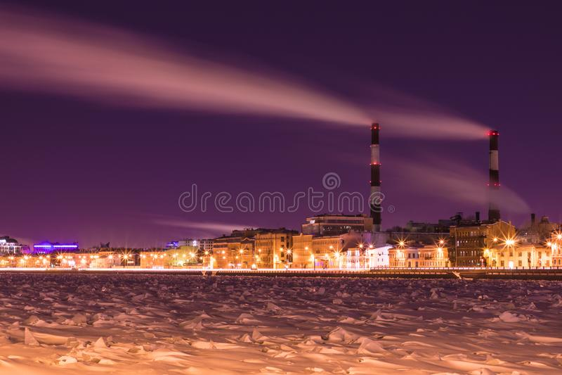 Станция тепловой мощности ночи зимы на обваловке реки Neva в Санкт-Петербурге стоковые изображения rf