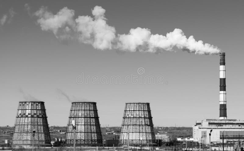 Станция тепловой мощности с куря печными трубами Взгляд от afar стоковое фото