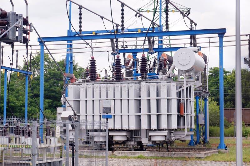 Станция трансформатора Электрическая подстанция в которой электричество распределено на различных уровнях напряжения тока стоковое фото