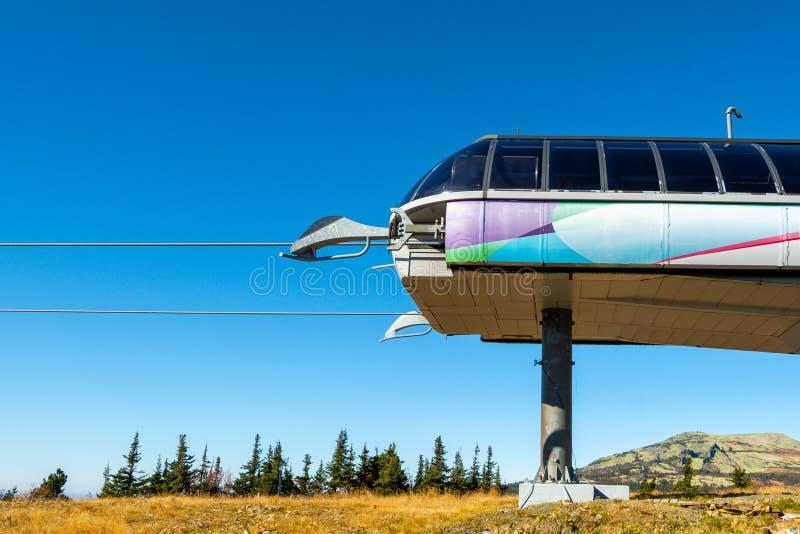 Станция фуникулера в горах против голубого неба стоковые изображения