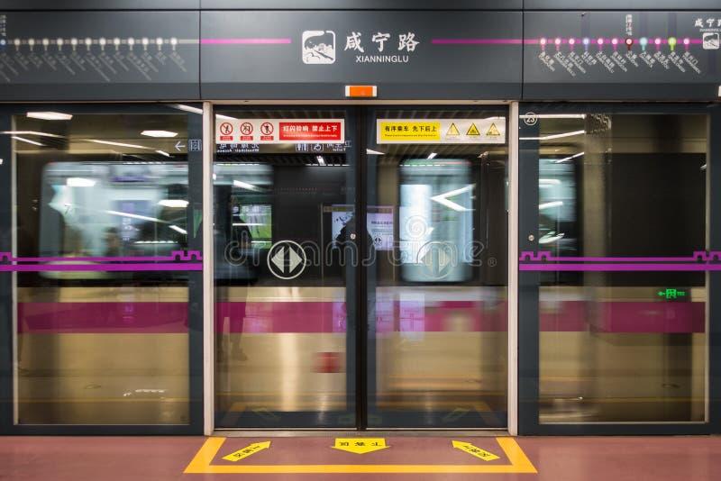 Станция Xian Ning Lu с проходить поезд закрыла двери в XI \ ', c стоковые фото