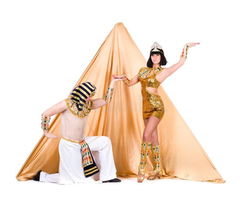 Танцоры одетые как египетский представлять против пирамидки стоковая фотография rf