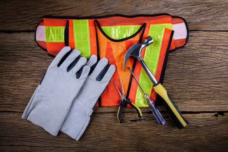 Стандартное оборудование для обеспечения безопасности конструкции с инструментами работы на деревянном стоковая фотография