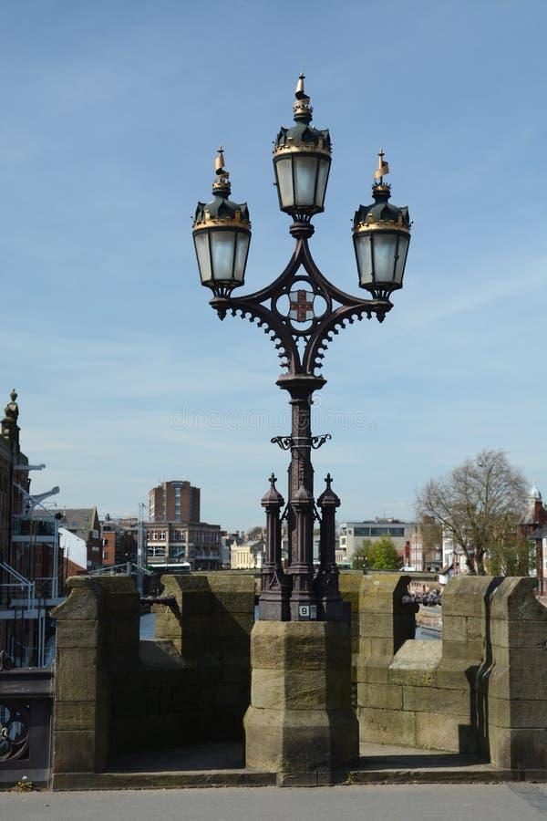 Стандарт лампы на мосте над рекой Ouse в Йорке стоковые изображения rf