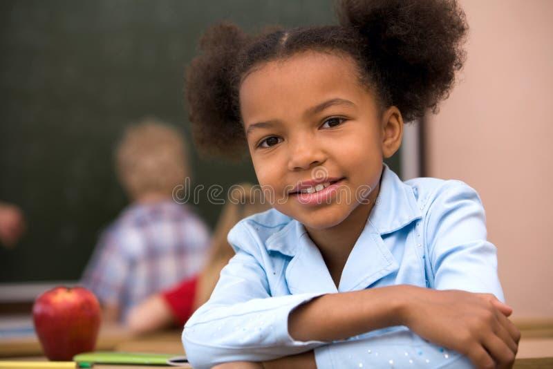 старательно школьница стоковое фото