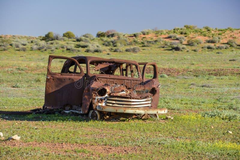 Старая автомобильная катастрофа в середине захолустья Австралии стоковое фото rf