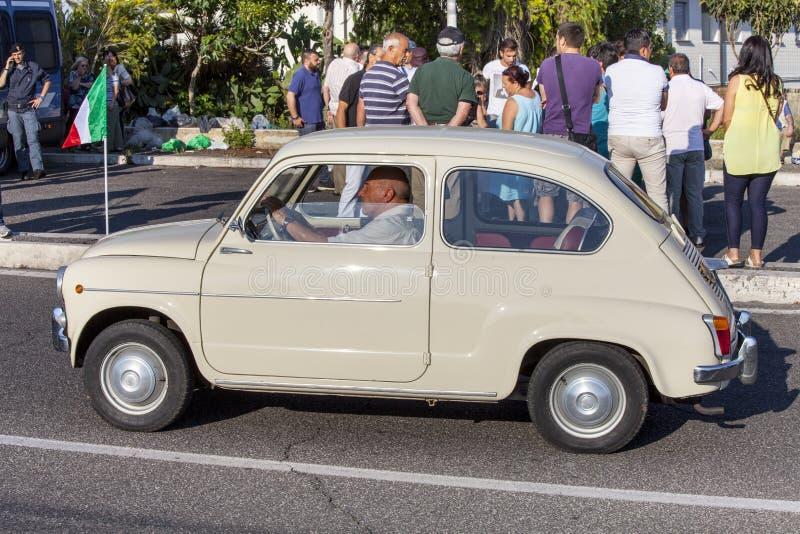 старая автомобиля итальянская Винтажный транспорт фиат 500 стоковая фотография rf
