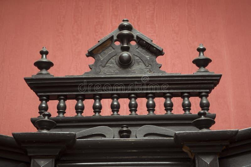 Старая, античная, винтажная, роскошная классическая handmade деревянная высекаенная деталь мебели стоковое фото