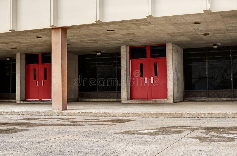 Старая архитектура здания средней школы, вход двери стоковые фотографии rf