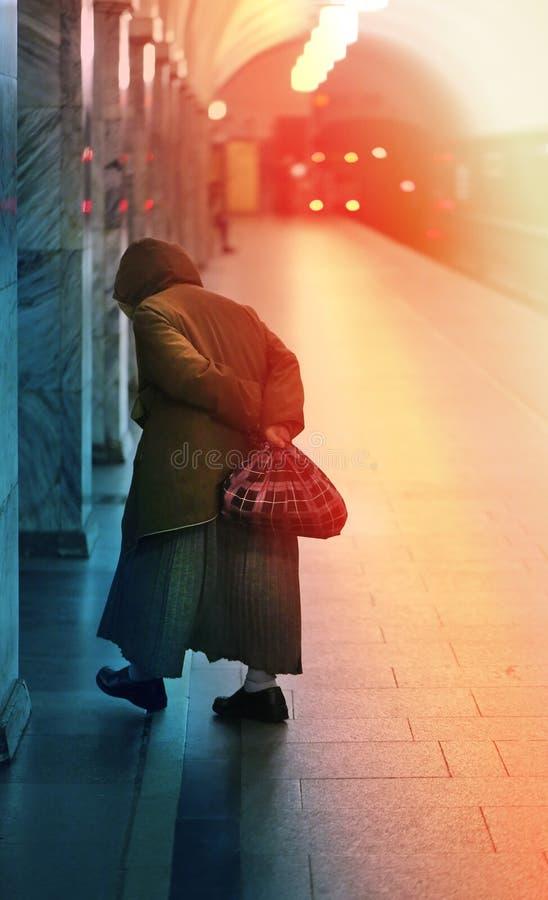 Старая бабушка в Москве стоковое изображение