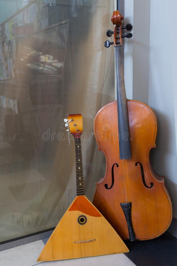 Старая балалайка и двойной бас стоковое изображение