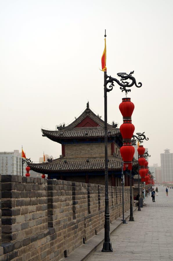 Старая башня в дне тумана в стене города xian с пагодами стоковые изображения