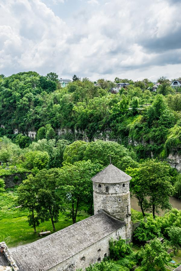 Старая башня крепости в древесинах стоковое фото