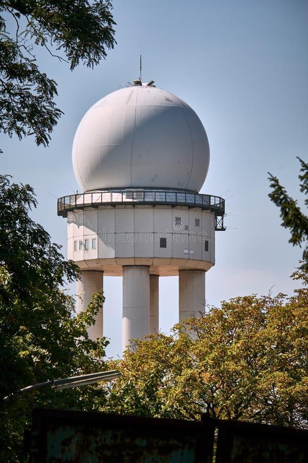Старая башня радиолокатора авиапорта от Tempelhofer Feld в Берлине, принятом от backalley близрасположенного стоковые изображения rf