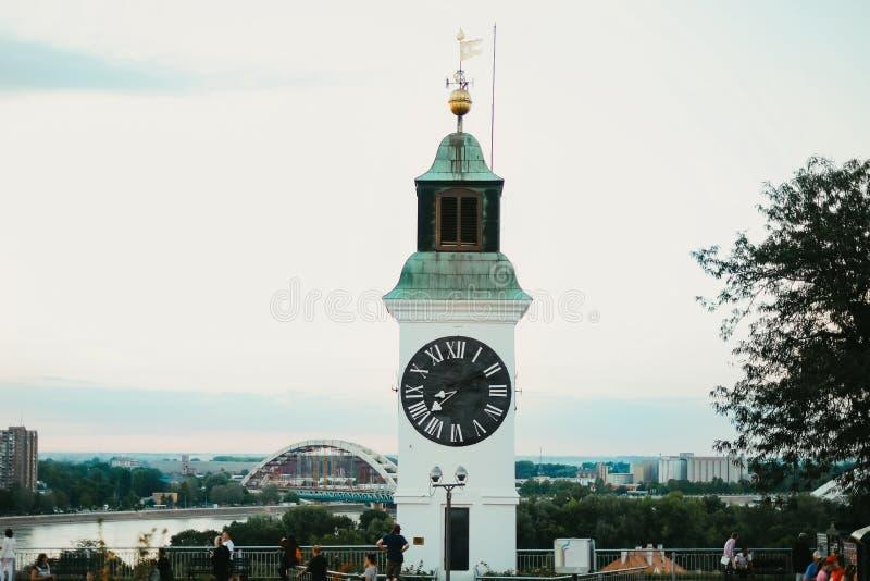 Старая башня с часами с перевернутыми минутами и часами указателей на крепости Petrovaradin в городе Novi унылом стоковая фотография