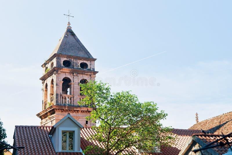 Старая башня церков в Omis стоковое фото