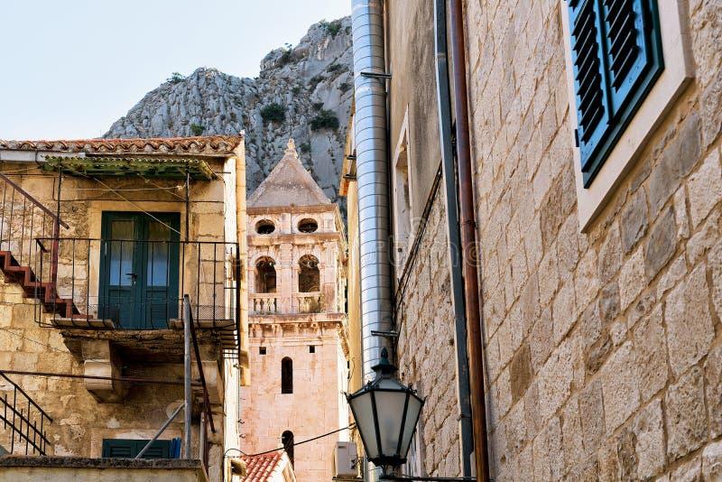 Старая башня церков на Omis стоковая фотография