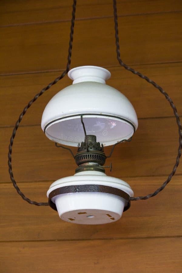 Старая белая смертная казнь через повешение lamplight около деревянной стены стоковые фото