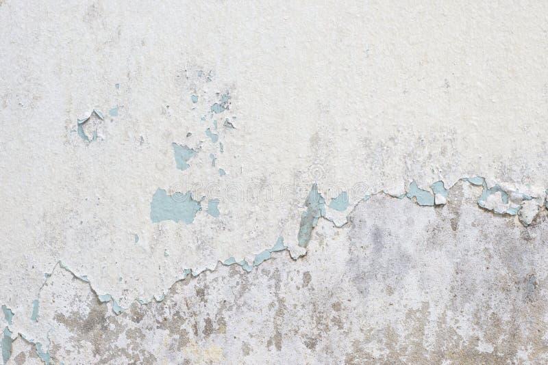 Старая белая текстура краски слезая бетонную стену стоковое фото