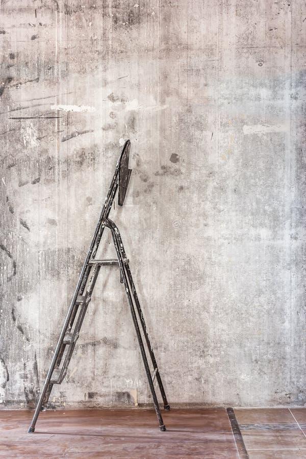 Старая бетонная стена в ремонтировать комнату с пакостным коричневым полом и s стоковые изображения rf