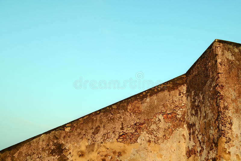 Старая бетонная стена коричневого цвета против голубого неба Геометрия здания абстрактное зодчество стоковая фотография rf
