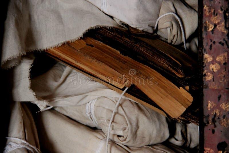 Старая библия в библиотеке виска стоковая фотография
