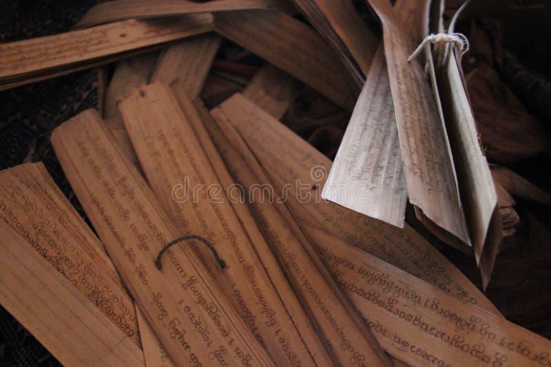 Старая библия в библиотеке виска Старый согласный стоковые изображения