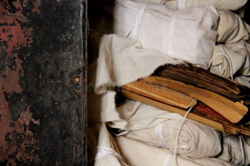 Старая библия в пакете библиотеки виска с ситцем стоковая фотография