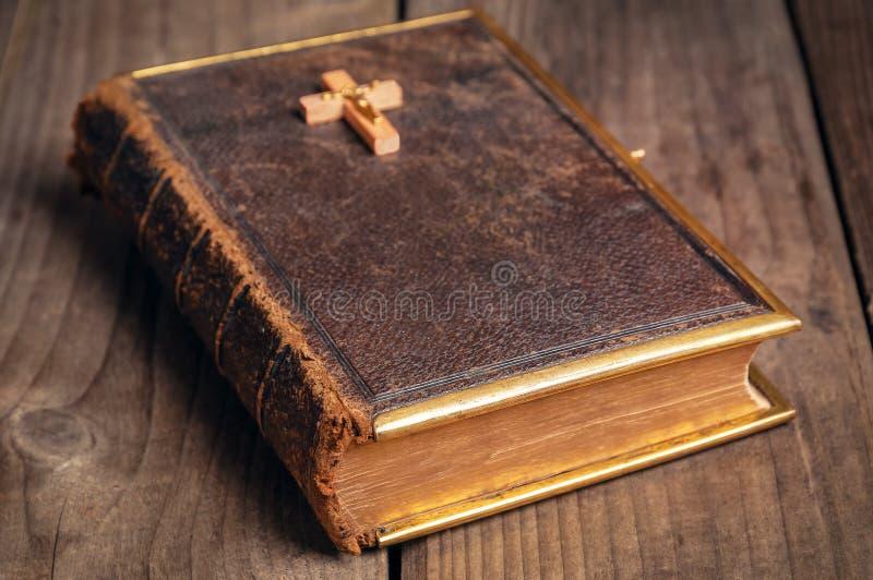 старая библии закрытая стоковые фотографии rf
