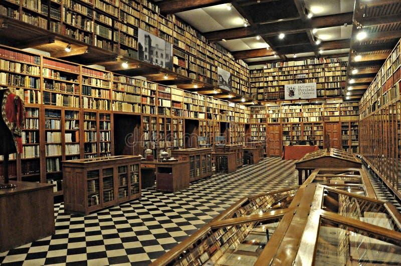 Старая библиотека замка peralada стоковое изображение rf