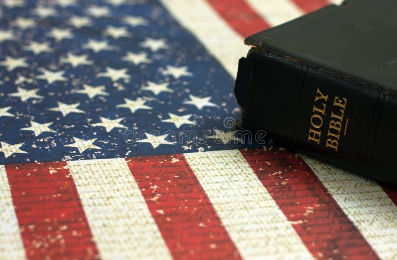 Старая библия и американский флаг стоковые изображения rf
